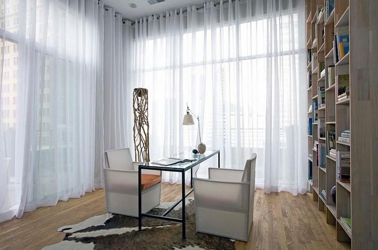 Gorden hotel berupa sheer curtain putih